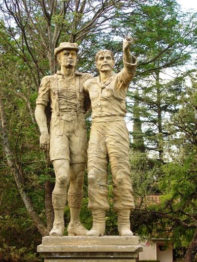 Monumento en la Plaza de la Confraternidad.